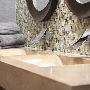 Modernes Badezimmer mit Beton-Waschbecken/Waschtisch, blauen Fliesen und Fliesen aus Glasscheiben in Atlanta