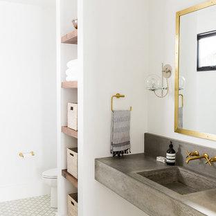 Bild på ett vintage badrum, med öppna hyllor, vita väggar, bänkskiva i betong och ett integrerad handfat