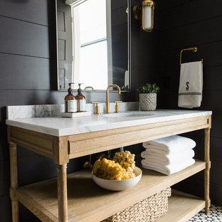 Стильный дизайн: ванная комната среднего размера в стиле современная классика с открытыми фасадами, светлыми деревянными фасадами, черными стенами, полом из мозаичной плитки и мраморной столешницей - последний тренд