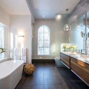 Свежая идея для дизайна: большая главная ванная комната в современном стиле с плоскими фасадами, фасадами цвета дерева среднего тона, отдельно стоящей ванной, душем в нише, серой плиткой, керамогранитной плиткой, белыми стенами и полом из керамогранита - отличное фото интерьера
