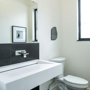 Esempio di un'ampia stanza da bagno con doccia contemporanea con lavabo rettangolare, piastrelle nere, pareti bianche, WC a due pezzi, piastrelle in gres porcellanato, pavimento in gres porcellanato e top piastrellato