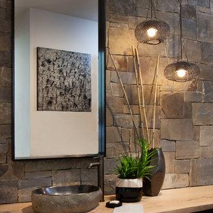Diseño de cuarto de baño con ducha, minimalista, grande, con armarios abiertos, bañera encastrada sin remate, baldosas y/o azulejos grises, baldosas y/o azulejos de piedra, paredes blancas, suelo de cemento, lavabo sobreencimera, encimera de madera, suelo gris y encimeras beige