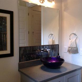 Ispirazione per una piccola stanza da bagno con doccia minimalista con ante in stile shaker, ante grigie, piastrelle blu, piastrelle a listelli, pareti bianche, lavabo a bacinella e top in superficie solida