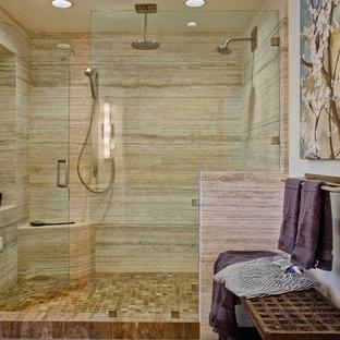 Idéer för ett klassiskt badrum, med en dusch i en alkov, beige kakel och vita väggar