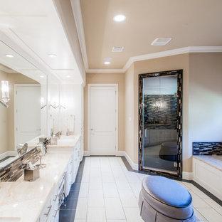 Idee per una grande stanza da bagno padronale minimalista con ante con riquadro incassato, ante bianche, vasca sottopiano, doccia ad angolo, piastrelle multicolore, piastrelle di vetro, pareti beige, pavimento in gres porcellanato, lavabo sottopiano e top in marmo