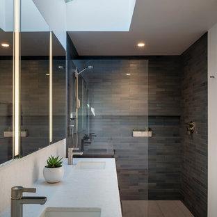 Idéer för att renovera ett stort funkis vit vitt en-suite badrum, med släta luckor, skåp i mellenmörkt trä, en kantlös dusch, porslinskakel, klinkergolv i porslin, ett undermonterad handfat, bänkskiva i kvarts, grått golv och med dusch som är öppen