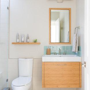 Esempio di una stanza da bagno con doccia design di medie dimensioni con ante lisce, piastrelle bianche, lavabo a consolle, pavimento grigio, ante in legno chiaro, doccia alcova, WC monopezzo, pareti beige e pavimento in gres porcellanato