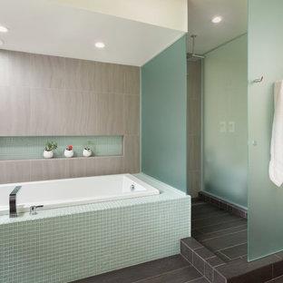 Свежая идея для дизайна: большая главная ванная комната в стиле модернизм с плиткой мозаикой, накладной ванной, душем без бортиков, серой плиткой, белыми стенами, полом из сланца, серым полом, открытым душем и нишей - отличное фото интерьера