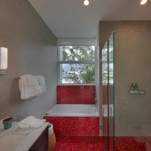Modelo de cuarto de baño minimalista, grande, con puertas de armario marrones, ducha esquinera, baldosas y/o azulejos rojos, paredes grises, suelo de madera clara y suelo rojo
