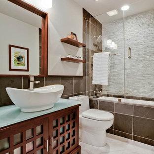 Foto de cuarto de baño moderno con bañera encastrada sin remate, lavabo sobreencimera y baldosas y/o azulejos de pizarra