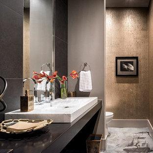 Идея дизайна: большая ванная комната в стиле модернизм с открытыми фасадами, раздельным унитазом, серой плиткой, керамической плиткой, серыми стенами, мраморным полом, душевой кабиной, раковиной с несколькими смесителями и столешницей из ламината