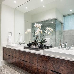 На фото: большая главная ванная комната в восточном стиле с плоскими фасадами, коричневыми фасадами, угловым душем, зеркальной плиткой, белыми стенами, раковиной с несколькими смесителями и мраморной столешницей