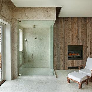 Diseño de cuarto de baño principal, rústico, grande, con ducha esquinera, paredes beige y suelo de mármol