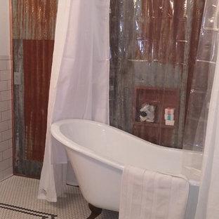Mittelgroßes Landhausstil Badezimmer En Suite mit Löwenfuß-Badewanne, Duschbadewanne, Mosaikfliesen, roter Wandfarbe und Mosaik-Bodenfliesen in Portland