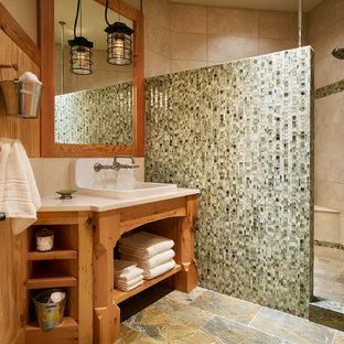 Imagen de cuarto de baño infantil, rural, con lavabo encastrado, armarios tipo mueble, puertas de armario de madera clara, encimera de cuarzo compacto, ducha abierta, baldosas y/o azulejos verdes, baldosas y/o azulejos de vidrio y paredes beige