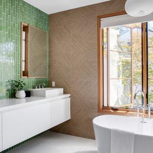 Esempio di una stanza da bagno padronale contemporanea di medie dimensioni con ante lisce, ante bianche, vasca freestanding, piastrelle verdi, pareti marroni, lavabo a bacinella, top bianco, WC monopezzo, top in quarzite, piastrelle in ceramica, pavimento in cementine e pavimento grigio
