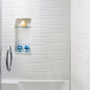 Ispirazione per una stanza da bagno costiera di medie dimensioni con ante lisce, ante blu, vasca ad alcova, vasca/doccia, WC monopezzo, piastrelle blu, piastrelle di vetro, pareti bianche, pavimento con piastrelle in ceramica, lavabo sottopiano e top in quarzo composito