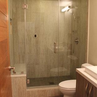 Новый формат декора квартиры: маленькая ванная комната в современном стиле с плоскими фасадами, серыми фасадами, столешницей из переработанного стекла, душем в нише, унитазом-моноблоком, бежевой плиткой, керамогранитной плиткой, серыми стенами, полом из керамогранита, душевой кабиной, раковиной с несколькими смесителями и душем с распашными дверями