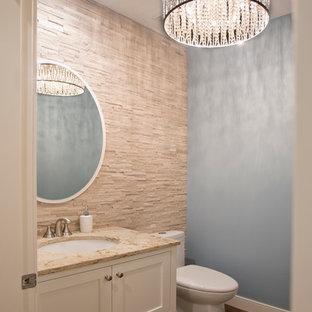 Immagine di una piccola stanza da bagno con doccia chic con lavabo sottopiano, ante in stile shaker, ante bianche, top in quarzite e pavimento in sughero