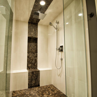 Großes Modernes Badezimmer En Suite mit schwarz-weißen Fliesen, Kieselfliesen, grauer Wandfarbe und Kiesel-Bodenfliesen in Calgary