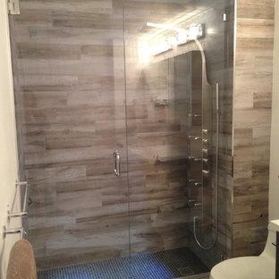 Immagine di una stanza da bagno padronale minimalista di medie dimensioni con doccia alcova, piastrelle beige, piastrelle in gres porcellanato, pareti beige e pavimento in travertino
