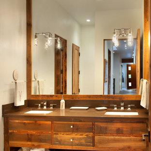 Esempio di una grande stanza da bagno con doccia rustica con lavabo rettangolare, consolle stile comò, top in legno, pavimento in legno massello medio, ante in legno scuro e pareti bianche