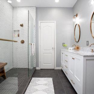 Foto på ett litet skandinaviskt grå badrum med dusch, med skåp i shakerstil, vita skåp, en dubbeldusch, vit kakel, porslinskakel, klinkergolv i porslin, ett nedsänkt handfat, marmorbänkskiva, grått golv, grå väggar och dusch med skjutdörr