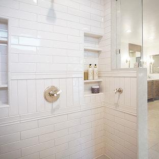 Idéer för att renovera ett stort vintage grå grått en-suite badrum, med bruna skåp, ett fristående badkar, en hörndusch, vit kakel, vita väggar, kalkstensgolv, ett undermonterad handfat, bänkskiva i kvarts, beiget golv och dusch med gångjärnsdörr