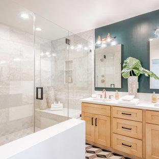 Esempio di una stanza da bagno padronale mediterranea con ante in stile shaker, ante in legno scuro, doccia alcova, piastrelle grigie, pareti verdi, lavabo sottopiano, pavimento multicolore, top bianco e due lavabi