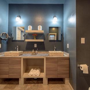 Diseño de cuarto de baño principal, ecléctico, de tamaño medio, con jacuzzi, ducha esquinera, baldosas y/o azulejos marrones, suelo de baldosas tipo guijarro, paredes azules, suelo de baldosas de porcelana, lavabo sobreencimera, encimera de azulejos, suelo beige, armarios con paneles lisos, puertas de armario de madera oscura y ducha con puerta con bisagras