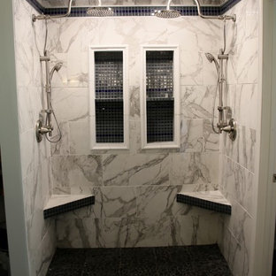 Idee per una grande stanza da bagno padronale moderna con ante in stile shaker, ante nere, vasca ad alcova, doccia doppia, WC a due pezzi, piastrelle grigie, piastrelle di vetro, pareti grigie, pavimento in gres porcellanato, lavabo sottopiano, top in marmo, pavimento grigio e porta doccia a battente