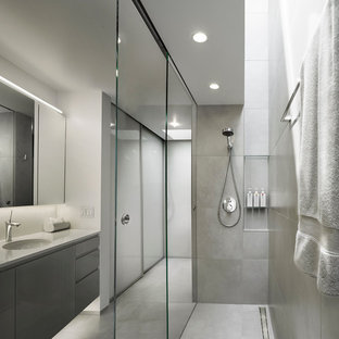 Неиссякаемый источник вдохновения для домашнего уюта: главная ванная комната среднего размера в стиле модернизм с плоскими фасадами, темными деревянными фасадами, открытым душем, унитазом-моноблоком, серой плиткой, керамогранитной плиткой, серыми стенами, полом из керамогранита, накладной раковиной и столешницей из талькохлорита
