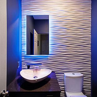 Diseño de cuarto de baño contemporáneo con sanitario de dos piezas, baldosas y/o azulejos blancos, baldosas y/o azulejos de cemento, paredes blancas y lavabo sobreencimera