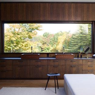 Diseño de cuarto de baño principal, de estilo zen, con armarios con paneles lisos, puertas de armario de madera en tonos medios, paredes marrones, suelo de madera oscura, lavabo sobreencimera y suelo marrón