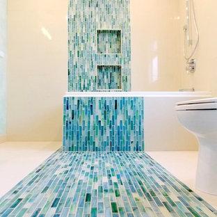Ispirazione per una stanza da bagno padronale minimalista con vasca idromassaggio, vasca/doccia, piastrelle blu, piastrelle verdi, piastrelle multicolore, piastrelle a mosaico, pareti bianche e pavimento con piastrelle a mosaico