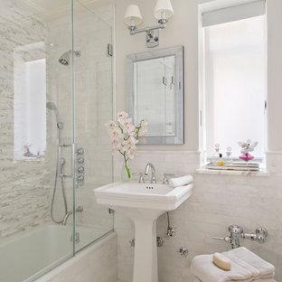Modelo de cuarto de baño principal, tradicional, pequeño, con lavabo con pedestal, bañera empotrada, combinación de ducha y bañera, baldosas y/o azulejos blancos, paredes blancas y suelo de mármol