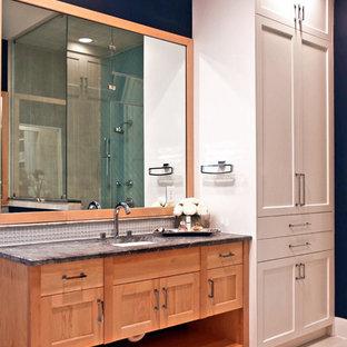 Пример оригинального дизайна: главная ванная комната среднего размера в стиле модернизм с фасадами в стиле шейкер, светлыми деревянными фасадами, отдельно стоящей ванной, душем в нише, белой плиткой, плиткой из листового стекла, синими стенами, полом из керамогранита, врезной раковиной, мраморной столешницей, серым полом, душем с распашными дверями, серой столешницей, тумбой под одну раковину и напольной тумбой