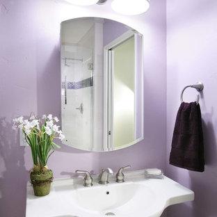 Foto di una piccola stanza da bagno con doccia minimalista con lavabo a colonna, piastrelle multicolore, piastrelle di vetro, pareti viola e pavimento con piastrelle in ceramica
