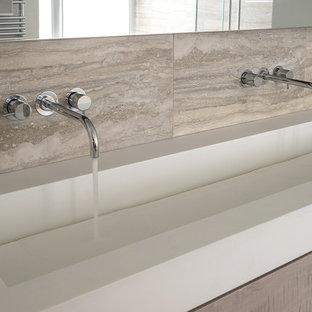 Свежая идея для дизайна: большая главная ванная комната в стиле модернизм с плоскими фасадами, светлыми деревянными фасадами, отдельно стоящей ванной, угловым душем, коричневыми стенами, подвесной раковиной, столешницей из искусственного кварца, душем с распашными дверями, белой столешницей и подвесной тумбой - отличное фото интерьера
