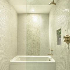 modern bathroom by Design Platform