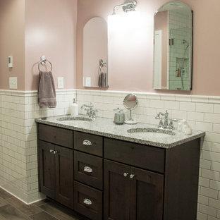Foto på ett mellanstort vintage flerfärgad en-suite badrum, med ett undermonterad handfat, skåp i shakerstil, skåp i mörkt trä, granitbänkskiva, ett fristående badkar, en hörndusch, en toalettstol med separat cisternkåpa, vit kakel, tunnelbanekakel, rosa väggar, klinkergolv i porslin, brunt golv och dusch med gångjärnsdörr