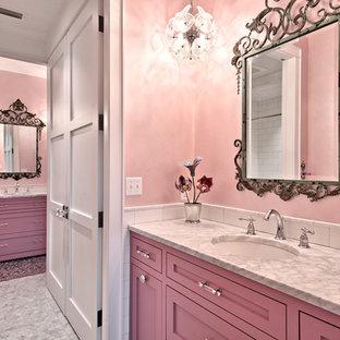 Inspiration pour une très grande salle de bain rustique pour enfant avec un placard avec porte à panneau encastré, des portes de placard violettes, une baignoire en alcôve, une douche ouverte, un WC à poser, un carrelage multicolore, un carrelage de pierre, un mur rose, un sol en marbre, un lavabo encastré et un plan de toilette en marbre.