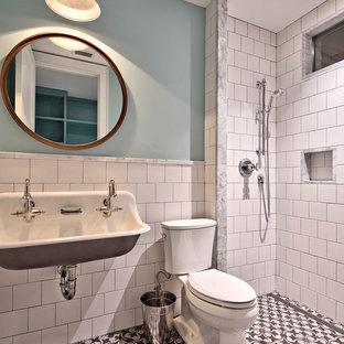 Стильный дизайн: огромная ванная комната в стиле кантри с фасадами с утопленной филенкой, фиолетовыми фасадами, ванной в нише, открытым душем, унитазом-моноблоком, разноцветной плиткой, каменной плиткой, розовыми стенами, мраморным полом, врезной раковиной и мраморной столешницей - последний тренд