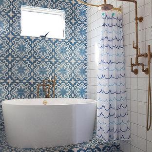 Landhaus Badezimmer mit freistehender Badewanne, offener Dusche, blauen Fliesen, farbigen Fliesen, weißen Fliesen und Duschvorhang-Duschabtrennung in Los Angeles