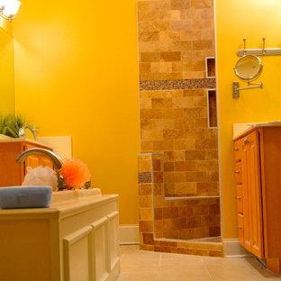 Idee per una stanza da bagno mediterranea di medie dimensioni con vasca da incasso, doccia alcova, piastrelle beige e pareti beige