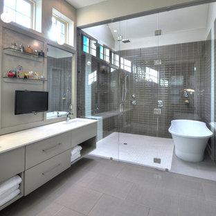 Cette image montre une salle de bain design avec une baignoire indépendante et un banc de douche.