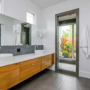 タンパの大きいコンテンポラリースタイルのおしゃれなマスターバスルーム (フラットパネル扉のキャビネット、紫のキャビネット、アルコーブ型シャワー、グレーのタイル、ボーダータイル、白い壁、ベッセル式洗面器、珪岩の洗面台、グレーの床、開き戸のシャワー) の写真