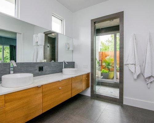 Bagno con ante viola e piastrelle grigie - Foto, Idee, Arredamento