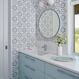 Exempel på ett stort modernt vit vitt badrum för barn, med släta luckor, blå skåp, flerfärgad kakel, blå väggar och vitt golv