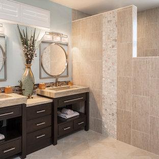 Mittelgroßes Asiatisches Badezimmer En Suite mit verzierten Schränken, dunklen Holzschränken, Kalkstein-Waschbecken/Waschtisch, offener Dusche, Toilette mit Aufsatzspülkasten, beigefarbenen Fliesen, Porzellanfliesen, grüner Wandfarbe, Porzellan-Bodenfliesen und integriertem Waschbecken in Las Vegas